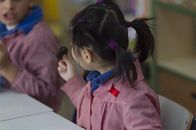 Archivo - Colegio, aula, primaria, infantil, clase, niño, niña, niños, desayunando, desayuno, desayunar