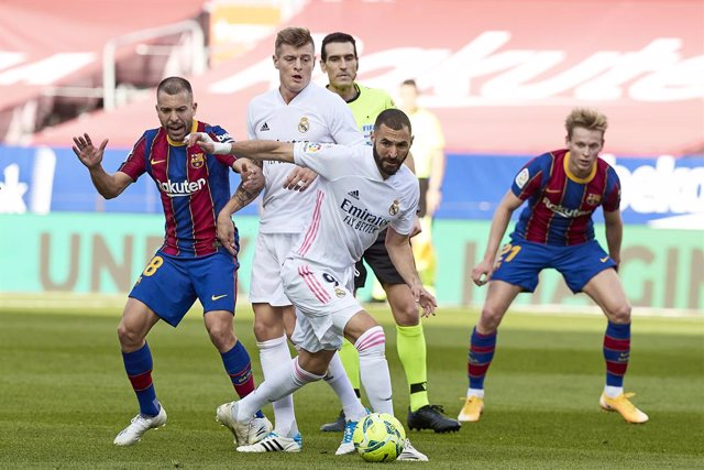 Archivo - 24 October 2020, Spain, Barcelona: Barcelona's Jordi Alba (L) and Real Madrid's Karim Benzema battle for the ball during the Spanish Primera Division soccer match between FC Barcelona and Real Madrid CF at Camp Nou. Photo: David Ramirez/DAX via