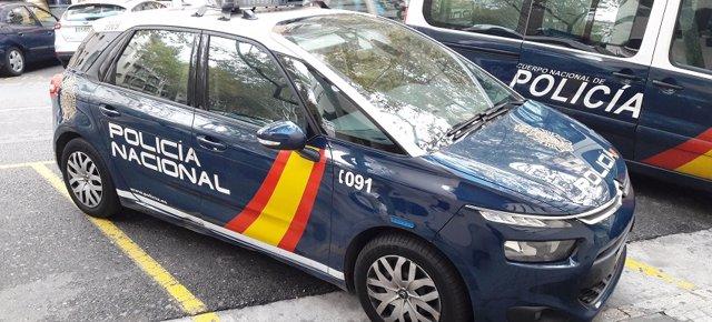 La Policía Nacional detiene a un hombre por mostrar los genitales y besar a una mujer en un aparcamiento.