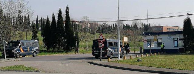 Imagen de la Policía registrando las instalaciones de Alcoa en Avilés.