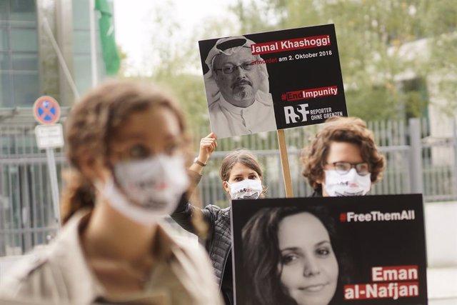 Archivo - Imagen de archivo de una vigilia de activistas de RSF en memoria del periodista Yamal Jashogi ante la Embajada saudí en Berlín