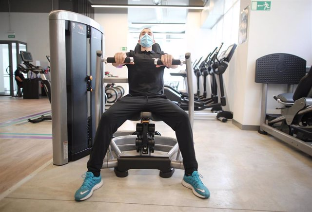 Archivo - Un monitor del gimnasio Anytime Fitness entrenando.