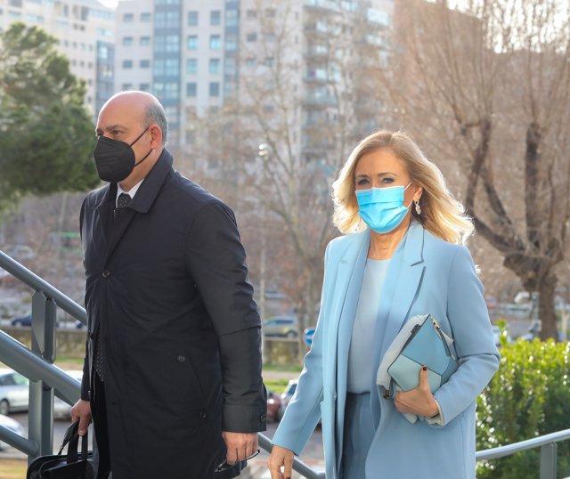 La expresidenta de la Comunidad de Madrid, Cristina Cifuentes, acompañada de su abogado, José Antonio Choclán, a su llegada para declarar por el 'caso Máster'