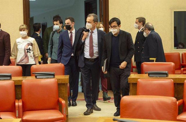 El Ministro de Ciencia e Innovación, Pedro Duque (i); y el secretario primero del Congreso y diputado de Unidas Podemos, Gerardo Pisarello, a su llegada a la Comisión de Ciencia, Innovación y Universidades del Congreso