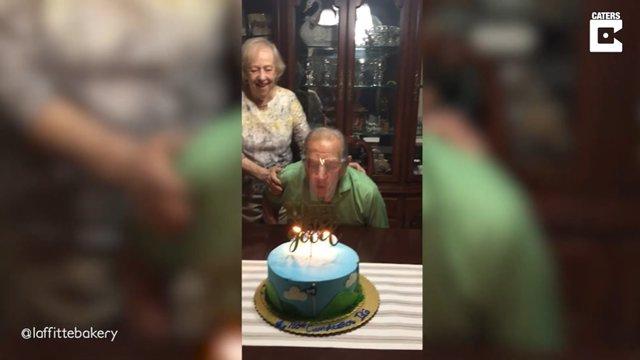Este abuelo de 100 años intenta soplar las velas con una pantalla facial puesta