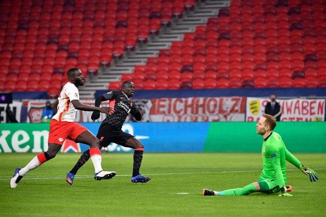 Sadio Mané en el momento de anotar el 0-2 en el Leipzig-Liverpool de la ida de octavos de la Liga de Campeones 2020-2021 disputada en el Puskas Arena