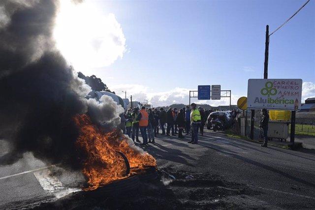 Protesta protagonizada por trabajadores de Alu Ibérica en A Coruña en el calendario de movilizaciones por la huelga convocada en la planta