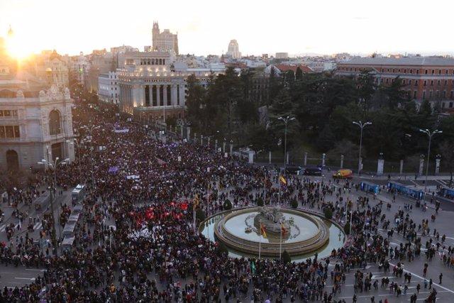 Archivo - Manifestación del 8M (Día Internacional de la Mujer) a su paso por la Plaza de Cibeles, en Madrid a 8 de marzo de 2020.