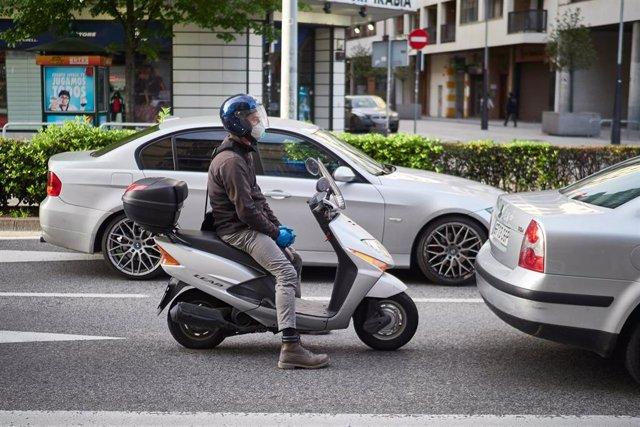 Archivo - Varios coches y una moto en la Avenida Baja de Navarra un día después de que el Gobierno anunciara las medidas de desescalada por la pandemia del coronavirus, en Pamplona (Navarra) a 29 de abril de 2020.