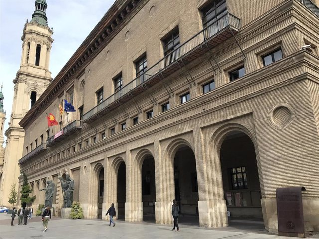 Archivo - El Ayuntamiento de Zaragoza desde el lateral derecho