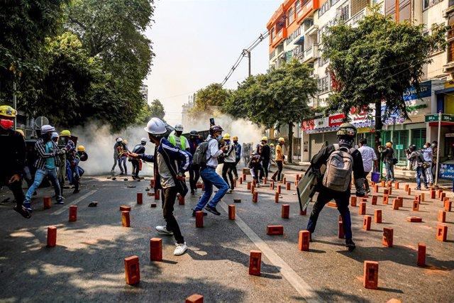 Protesta contra la junta militar de Birmania en Mandalay