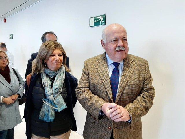 Archivo - Jesús Aguirre con la delegada de Salud en Cádiz, Isabel Paredes, en una imagen de archivo