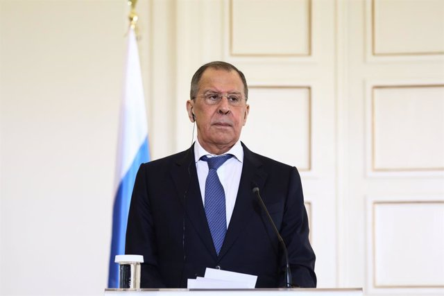 Archivo - HANDOUT - 26 October 2020, Greece, Athens: Russian Foreign Minister Sergey Lavrov attends a joint press conference with Greek Foreign Minister Nikos Dendias (not pictured) following their meeting at the Foreign Ministry in Athens. Photo: -/Russi