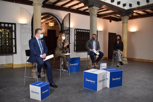 La presidenta del PP Asturias, Teresa Mallada, el portavoz de Turismo del Grupo Popular en el Congreso de los Diputados, Agustín Almodóbar; el concejal de Turismo del Ayuntamiento de Oviedo, Alfredo Quintana, y su secretaria, Blanca Ruiz.