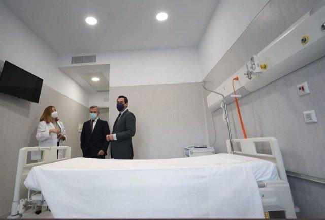 Imagen de archivo de la visita del presidente de la Junta de Andalucía, Juanma Moreno, al Hospital de Estepona, que abre sus puertas de momento para pacientes COVID.