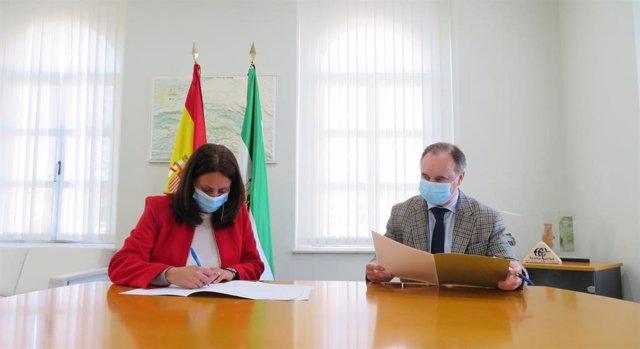 Estela Villalba junto a a Antonio Augustín, en la firma del acuerdo entre Educación y SAE.