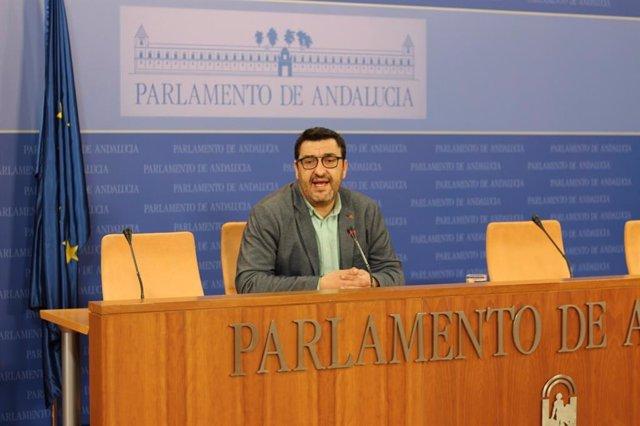 El portavoz adjunto de Adelante Andalucía, Guzmán Ahumada, este jueves en rueda de prensa en el Parlamento de Andalucía.