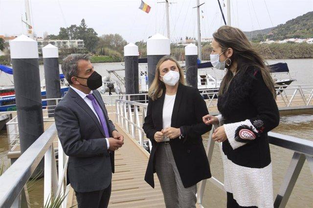 Visita de Marifrán Carazo al puerto de Sanlúcar del Guadiana, junto a su alcalde y la delegada de la Junta en Huelva, Bella Verano.