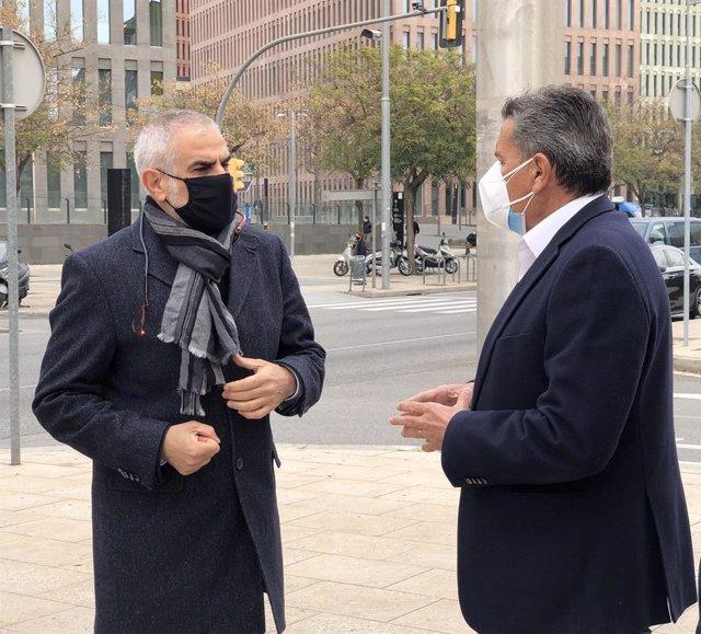 El líder de Cs a Catalunya, Carlos Carrizosa, al costat del portaveu del grup de Cs a l'Ajuntament de l'Hospitalet de Llobregat (Barcelona), Miguel García, davant la Ciutat de la Justícia de Barcelona. Catalunya (Espanya), 4 de març del 2021.