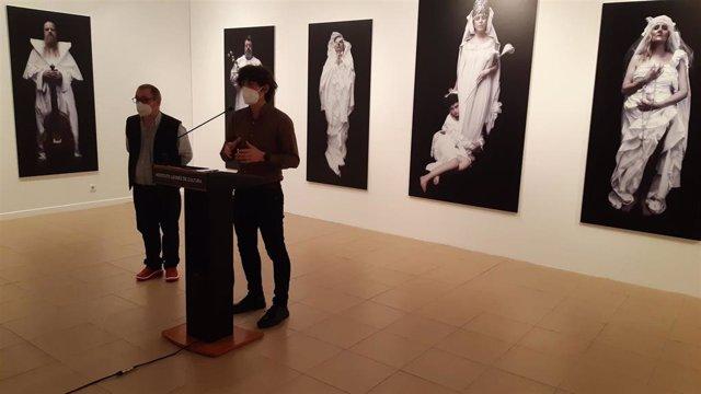 El diputado de Cultural, Pablo López Presa, ante varias de las obras que conforman la exposición 'Apuntes para una colección'.