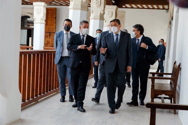 El presidente de Castilla-La Mancha, Emiliano García-Page, y el ministro de Agricultura, Luis Planas, mantienen una reunión en la sede del Gobierno castellanomanchego