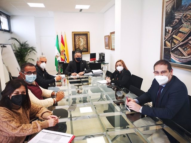 María Luisa Faneca se reúne con el alcalde de Isla Cristina y diputados de la costa.