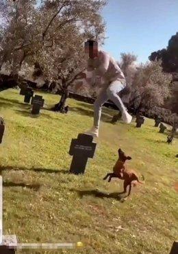Imagen del detenido saltando en el cementerio.