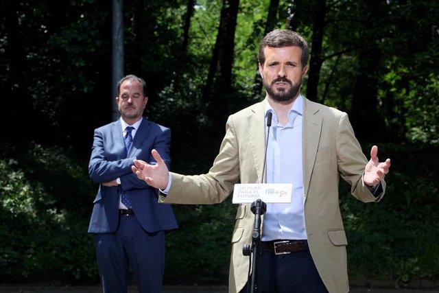 Archivo - El lider del Partido Popular, Pablo Casado, y el presidente del PP vasco, Carlos Iturgaiz, en un acto de la campaña electoral del País Vasco del pasado mes de julio.