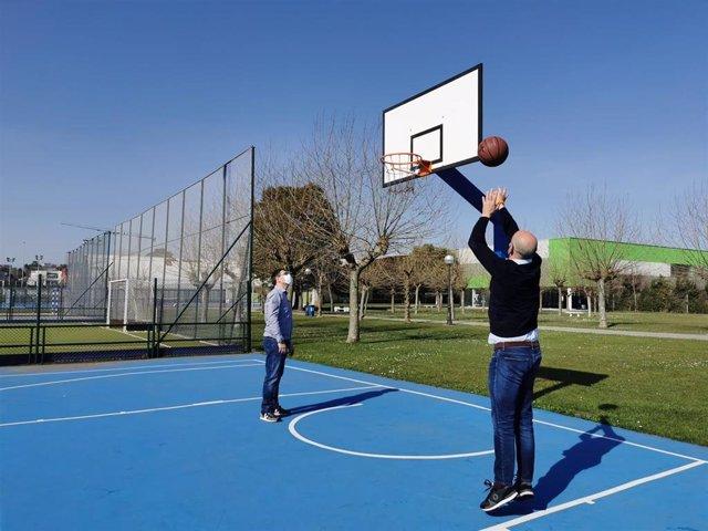 Pérez Manso y Álvarez en la cancha de baloncesto