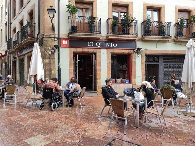 Archivo - Terrazas de hostelería en Oviedo con personas con mascarilla en las mesas.