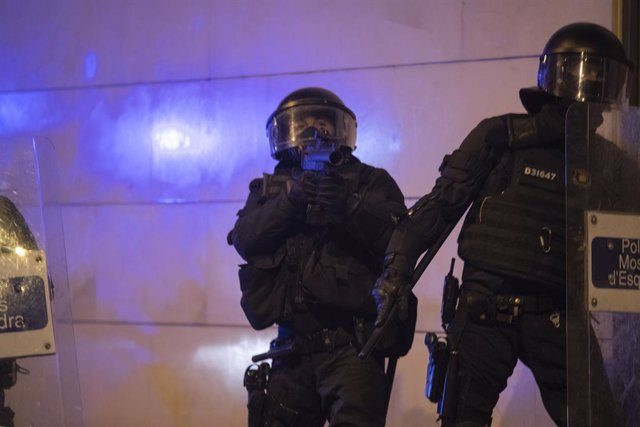 Mossos d'Esquadra durant les manifestacions contra l'empresonament del raper Pablo Hasél (Arxiu)