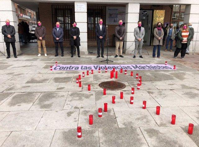 Foto del minuto de silencio en Torrejón de Ardoz por la última víctima moral de violencia de género