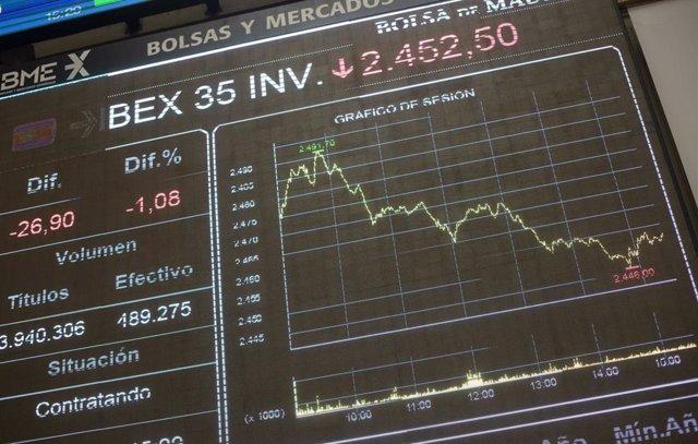 Valores económicos en el Palacio de la Bolsa de Madrid (España), a 19 de febrero de 2021. El Ibex 35 experimentaba un alza del 0,7% en la media sesión de este viernes, lo que llevaba al selectivo a situarse en los 8.114,6 enteros a las 12.01 horas, en un