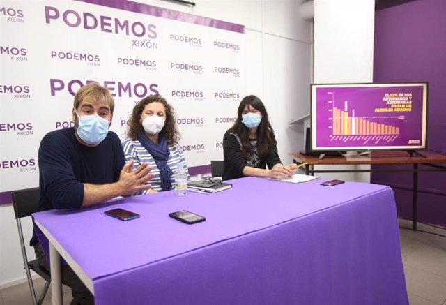 El secretario general de Podemos Asturies, Daniel Ripa,  la portavoz de Podemos Xixón, Alejandra Tejón, y la portavoz municipal de Podemos-Equo Xixón, Laura Tuero