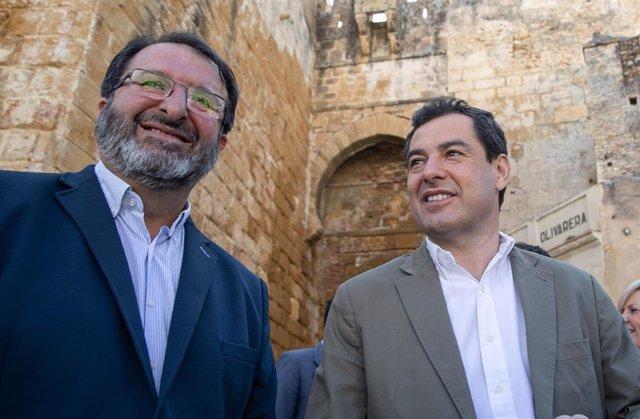 Archivo - El alcalde de Carmona, Juan Ávila, en una imagen de archivo junto al presidente de la Junta de Andalucía, Juanma Moreno, durante una visita a la localidad