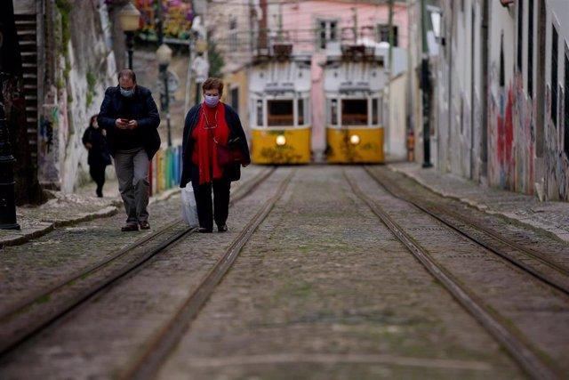 Personas con mascarilla en Lisboa