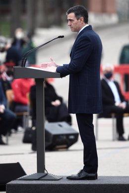 El presidente del Gobierno, Pedro Sánchez, interviene durante un acto de destrucción simbólica de casi 1.400 armas, en el Colegio de Guardias Jóvenes Duque de Ahumada, en Valdemoro, Madrid (España), a 4 de marzo de 2021. La mayoría de las armas fueron inc