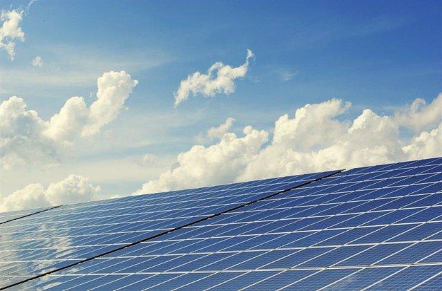 Archivo - Imagen de placas solares, energías renovables.