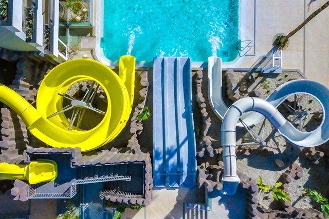 Archivo - Toboganes en una de las piscinas del Hotel Bitácora