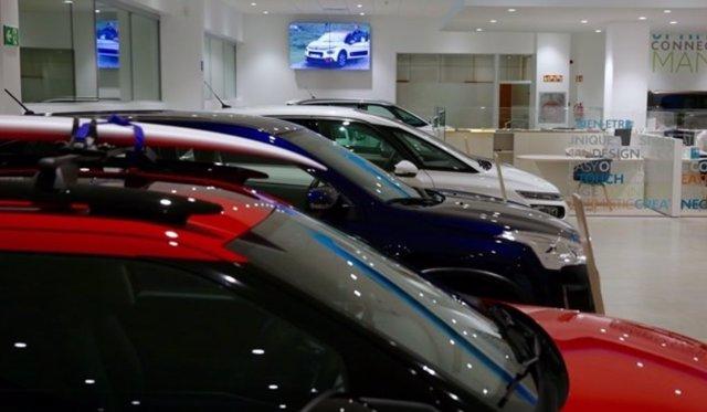 Archivo - Concesionario de coches