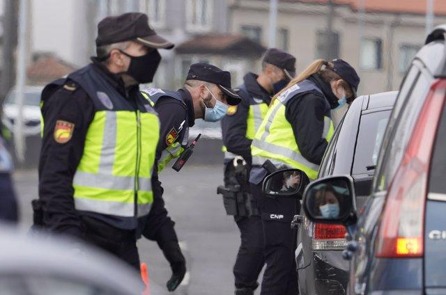 Agentes de Policía Nacional realizan un control de movilidad en la salida de Santiago de Compostela hacia la carretera de Ourense, a 15 de enero de 2020.