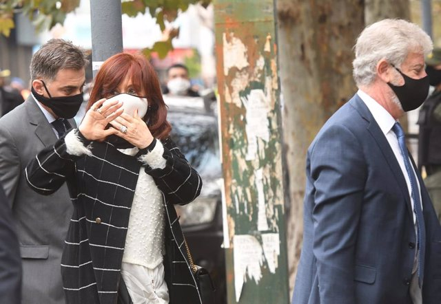 Archivo - 08 June 2020, Argentina, Buenos Aires: Cristina Fernandez (C), Vice  President of Argentina waves to her supporters as she appears in court on the outskirts of Buenos Aires. Former President and former First Lady Fernandez is a witness in an inv