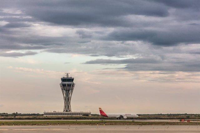 Archivo - Torre de control del Aeropuesto de Barcelona - El Prat.
