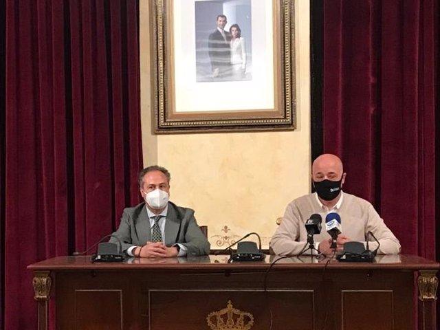 El delegado territorial de Turismo de la Junta de Andalucía en Córdoba, Ángel Pimentel (izda.), en su encuentro con el alcalde de Rute, Antonio Ruiz.
