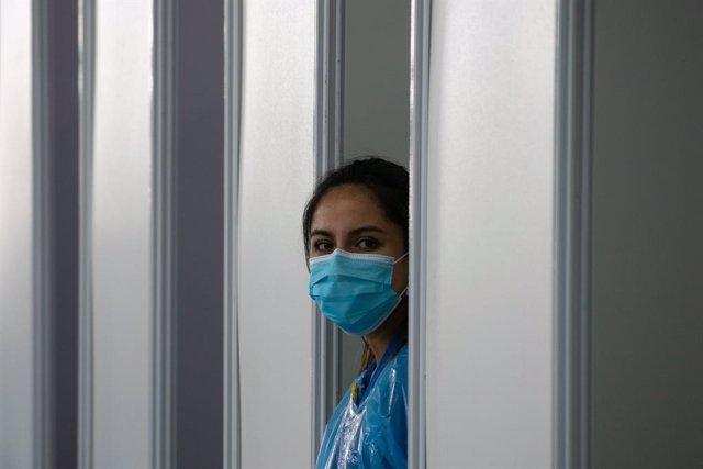 Una trabajadora sanitaria en Santiago de Chile.