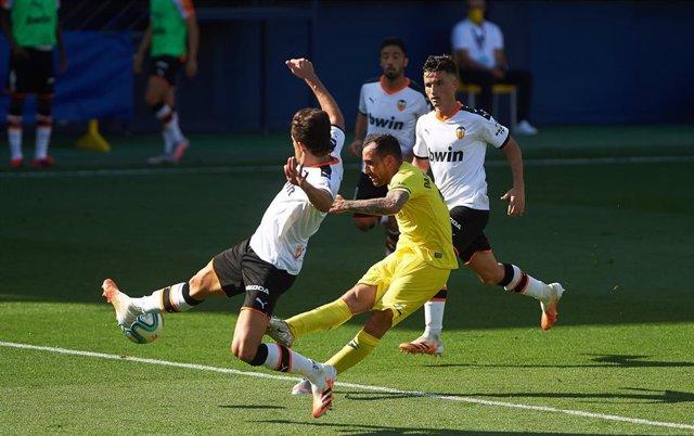 Archivo - Paco Alcacer dispara a puerta ante Gabriel Paulista y Hugo Guillamón en el Villarreal-Valencia de LaLiga Santander 2020-2021