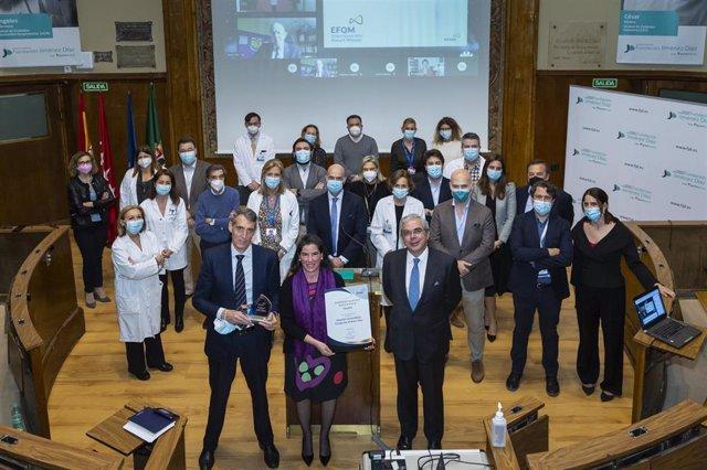Juan Antonio Álvaro de la Parra y Eva Saez, gerente y directora de Calidad de la FJD, posan con el 'EFQM Global Award', junto al equipo directivo del hospital