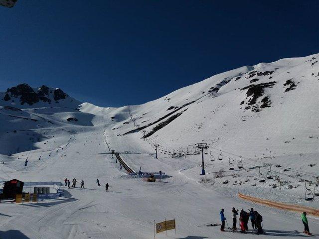 Archivo - Imagen de archivo de la estación de esquí de San Isidro, en la provincia de León.