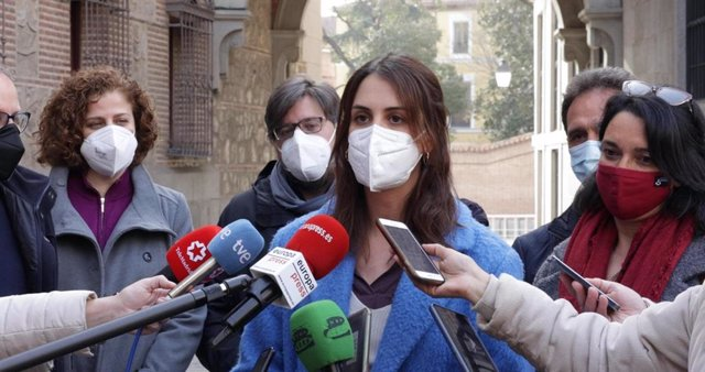 La portavoz de Más Madrid en el Ayuntamiento, Rita Maestre, rodeada de ediles del grupo municipal