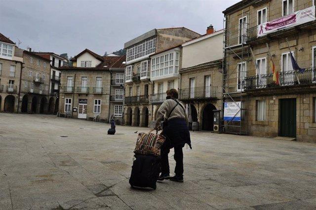 Archivo - Una persona camina por una de las calles de Ribadavia el día de la entrada en vigor de nuevas medidas y del cierre perimetral del municipio debido a la crisis del Covid-19, en Ribadavia, Ourense, Galicia, (España), a 14 de noviembre de 2020. Est